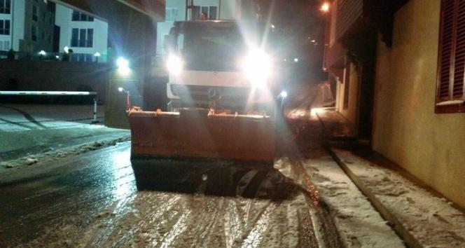 Kartal Belediyesi karla mücadele ekipleri çalışmalarını aralıksız sürdürüyor