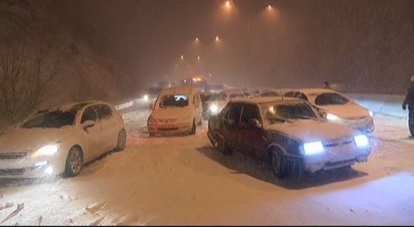 Bursa-Mudanya yolu kapandı, yüzlerce araç mahsur kaldı
