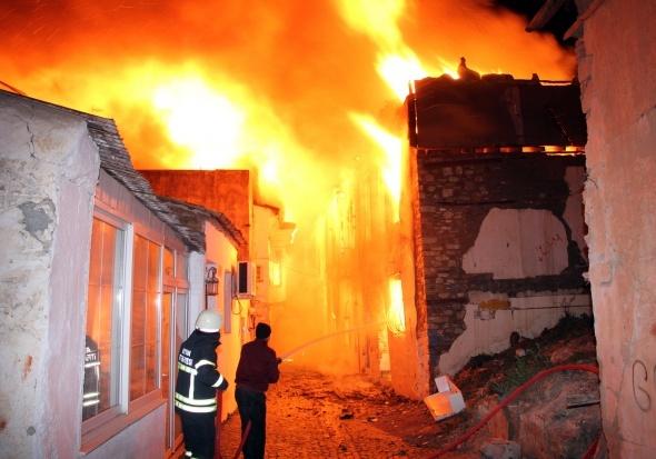 Kuşadası alev alev: 12 tarihi ev kül oldu