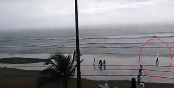 Plajda üzerine yıldırım düştü