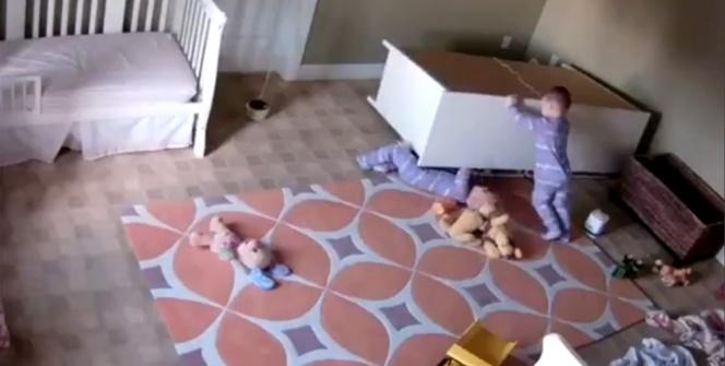 Küçük çocuğu şifonyerin altından kardeşi kurtardı