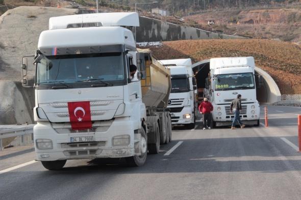 Kamyoncular Yavuz Sultan Selim Köprüsü yolunda eylem yaptı