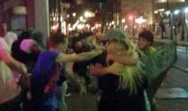 Bar önünde kadınlı erkekli kavga