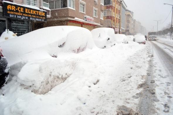 Yüzlerce araç kar altında kaldı