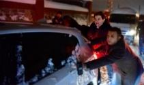 Maltepe Belediye Başkanı karda kalan araçları itti
