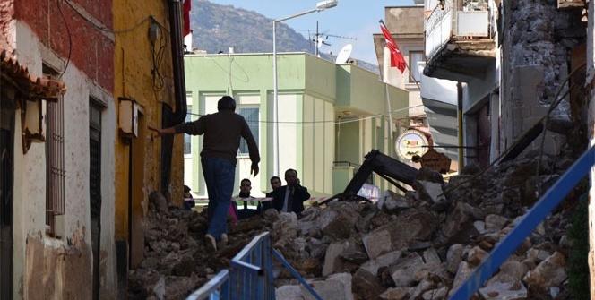 Dayanacak gücü kalmayan tarihi bina yıkıldı