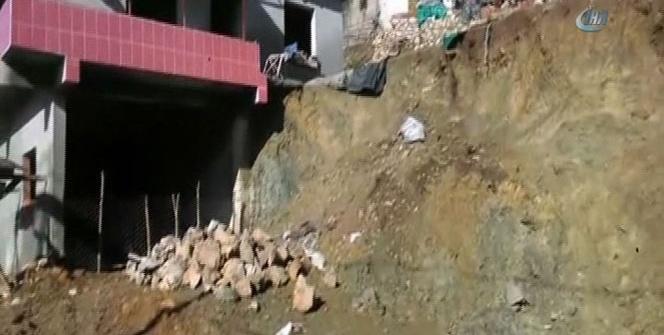 Heyelanın taşıdığı kayalar okuldaki oyun alanına düştü