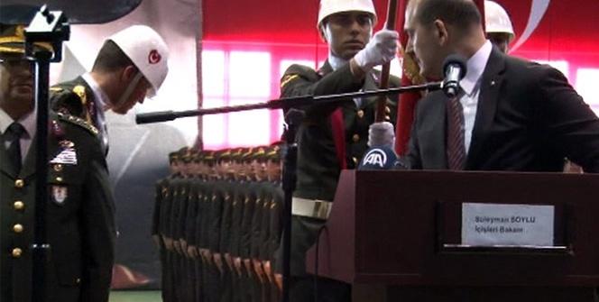 Bakan Soylu konuştuğu sırada arkasındaki asker bayıldı