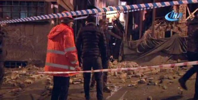 Beyoğlu'nda metruk bina çöktü
