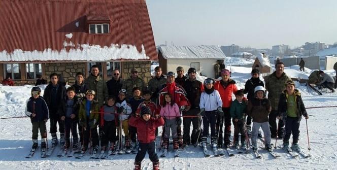 Terörle mücadele eden kahramanlardan, Yüksekovalı çocuklara kayak eğitimi