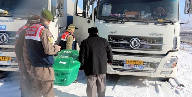 TIR'da uyuyan 2 İranlı karbonmonoksit gazından zehirlenerek öldü