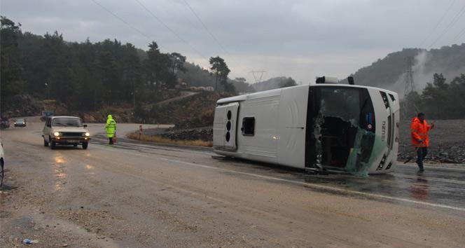 Antalyada turist midibüsü devrildi: 13 yaralı