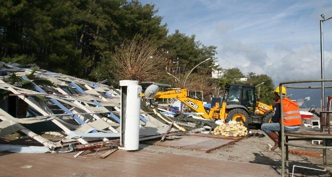 Marmaris'te sahildeki kaçak yapılar yıkılıyor
