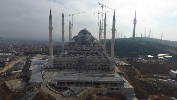 Çamlıca Camii'nin alemi, kubbesinin üstüne yerleştirildi