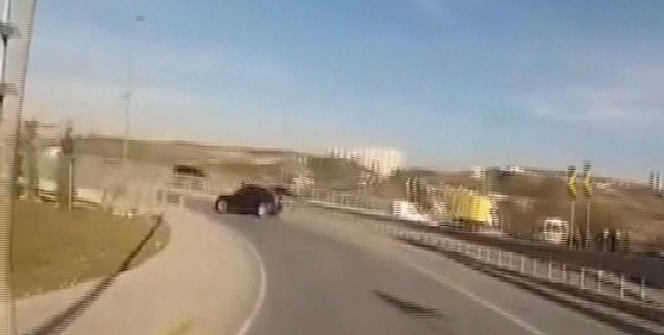 Drift yaparak 'makas' atan trafik magandası kamerada