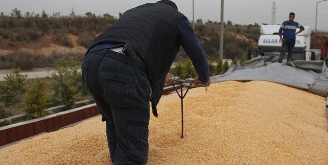 Polis, mısır yüklü tırlarda şişle kaçak akaryakıt aradı
