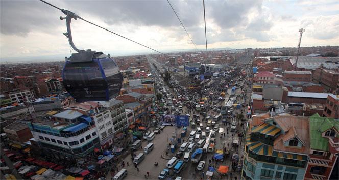 Bolivyada iki şehir arasına teleferik hattı çekildi