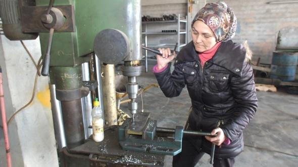 Balıkesir'deki kadın kamyon tamircisi görenleri şaşırtıyor