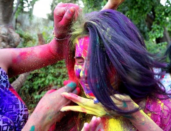 Hindistan'da Holi Festivali renkli görüntülere sahne oldu