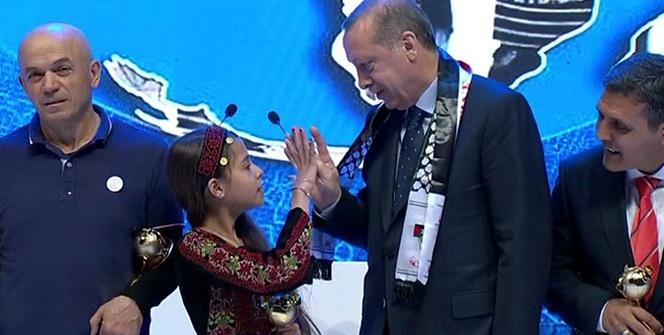 Cumhurbaşkanı Erdoğan küçük kıza 'Rabia'yı öğretti