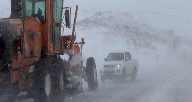 Ardahan Sahara Dağı geçidinde araçlar mahsur kaldı