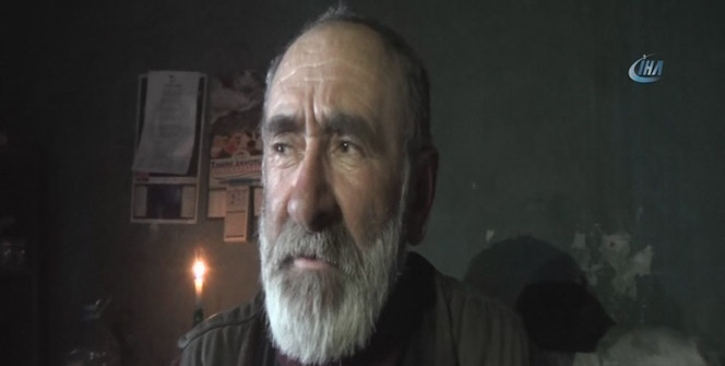Yaşlı adam mum ışığında yaşam mücadelesi veriyor