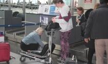 Yolcular bilgisayarlarını çantalara yerleştirdi