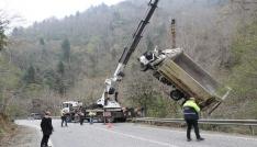 Dereye uçan kamyonu böyle dereden çıkardılar