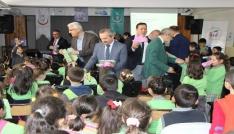 Sağlık yöneticileri öğrencilere diş seti dağıttı