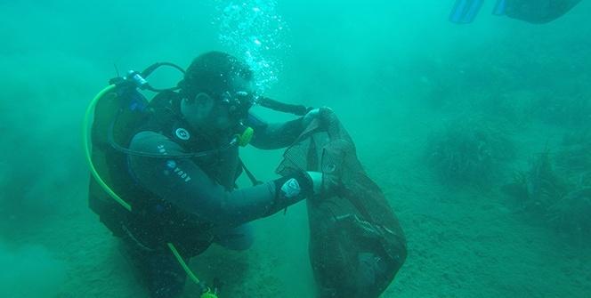 Ünlü sanatçı Ata Demirer deniz dibinde çöp topladı
