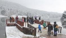 Gölcükte kar yağışı tatilcileri büyüledi