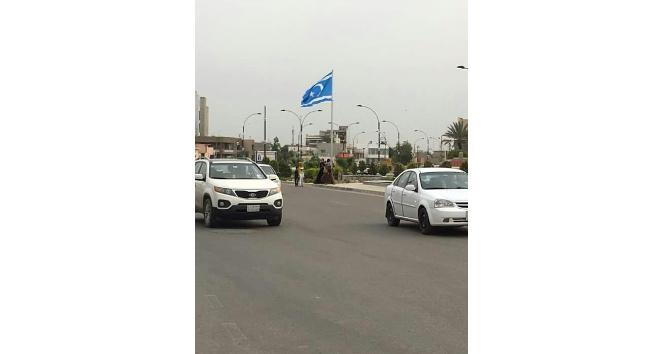 Türkmenler Kerküke dev bayrak dikti