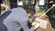 Çöpte bulunan bebeğin mezar taşına kimsesiz yazıldı