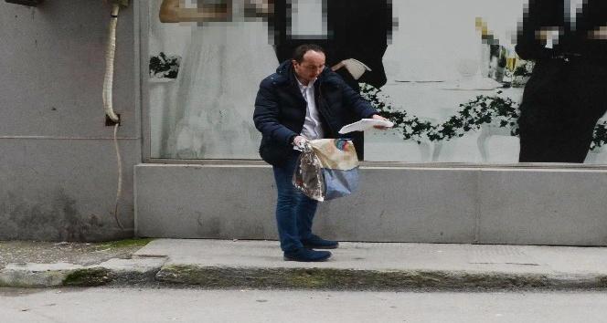 Polislere aldırış etmeden şüpheli poşeti açtı