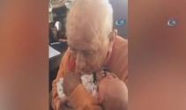 5 günlük torununu kucağına alan 105 yaşındaki dede mest oldu