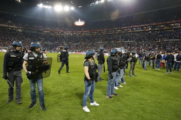 Beşiktaş Lyon maçında tribünler karıştı