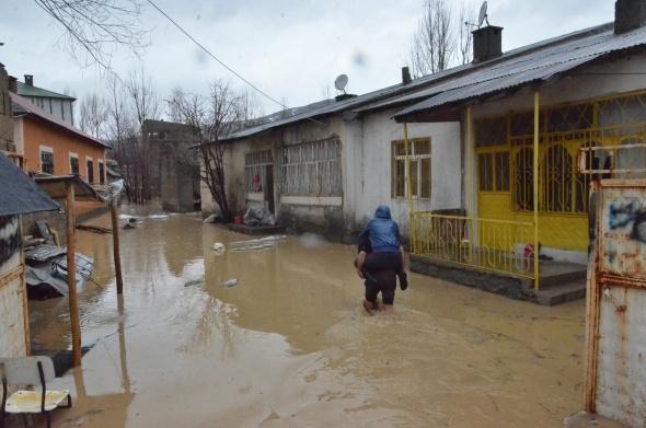 Hakkari'de sağanak yağış hayatı felç etti