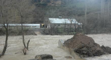 Debisi yükselen Zap Suyu birçok köprüyü yerinden söktü