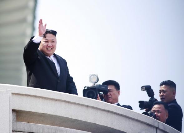 Kuzey Kore, dev törende uzun menzilli füzelerini sergiledi