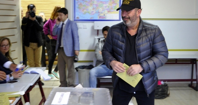 Cem Yılmaz oy vermeye elektrikli bisikletiyle geldi