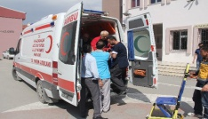 72 yaşındaki hasta vatandaş oy kullanmaya ambulansla geldi