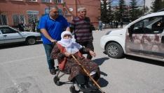 79 yaşındaki nine oy kullanmaya tekerlekli sandalye ile gitti