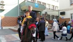 Oy vermeye atıyla geldi