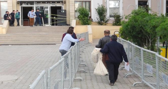 Mardinde oy çuvalları seçim kurulunda