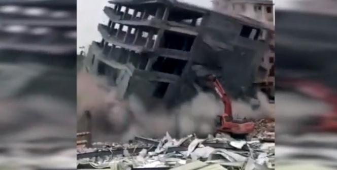 Bina iş makinesinin üzerine devrildi