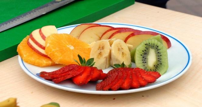 Genç turizmcilerin meyve tabağı ve hızlı servis yarışı