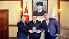 Kızılaydan, Vali Arslantaşa kan bağışı desteği için teşekkür plaketi