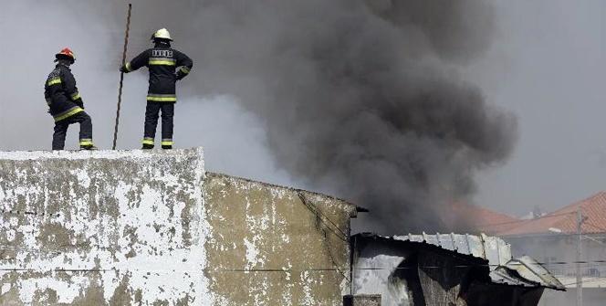 Lizbon'da süpermarket otoparkına uçak düştü