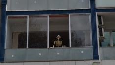 Dikkat pencerede iskelet var