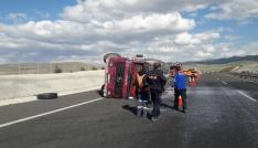 Niğdede süt kamyonu devrildi sürücü yaralandı
